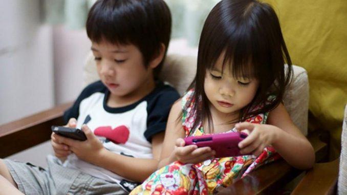 Những thói quen thời hiện đại của bố mẹ khiến con nhanh hư